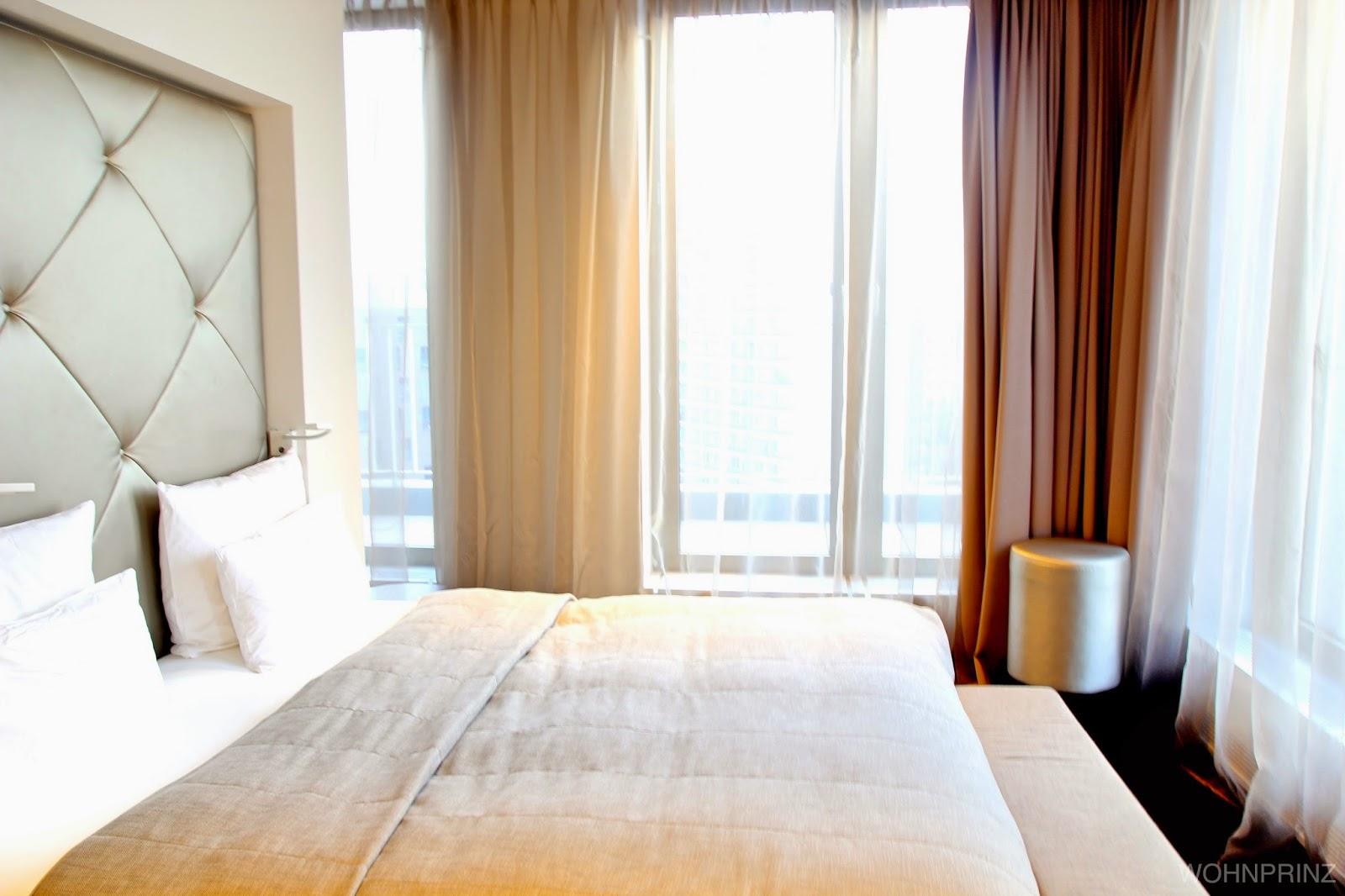 Am Ende Des Bettes Stand Eine Bank Und In Der Ecke Rechts Vor Dem Bett  Stand Ein Weiterer Flatscreen. Nach Außen Hin, Ist Die Suite Komplett  Verglast U0026 Mit ...