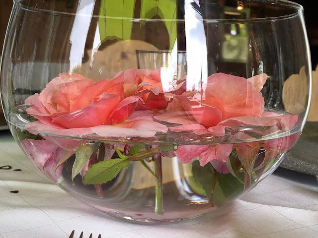 Rosen im Glas, Tischdekoration, Uschis Hochzeitsblog, Hochzeitslocation, Location-Tipp, Parkhotel am Soier See, Ammergauer Alpen, heiraten am See, Bayern, Hochzeitsplanerin Uschi Glas, Bad Bayersoien, Standesamt