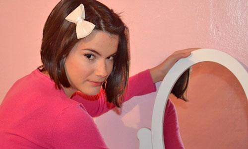 monika sanchez colocando espejo tocador maquillaje moderno