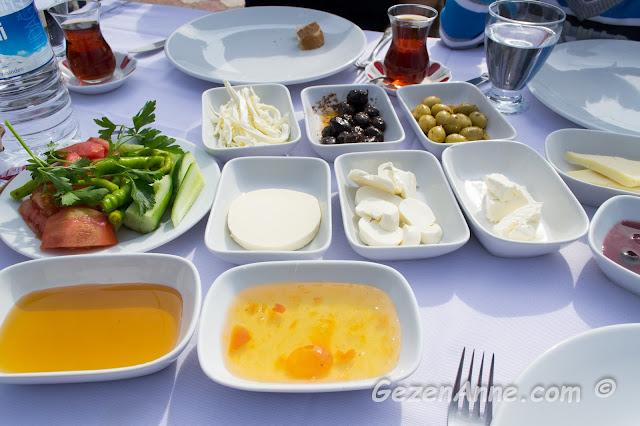 İskelem Balık Restoran'ın serpme kahvaltısı, Riva İstanbul