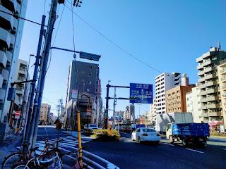 二差路の左手が旧・東海道で右が15号線