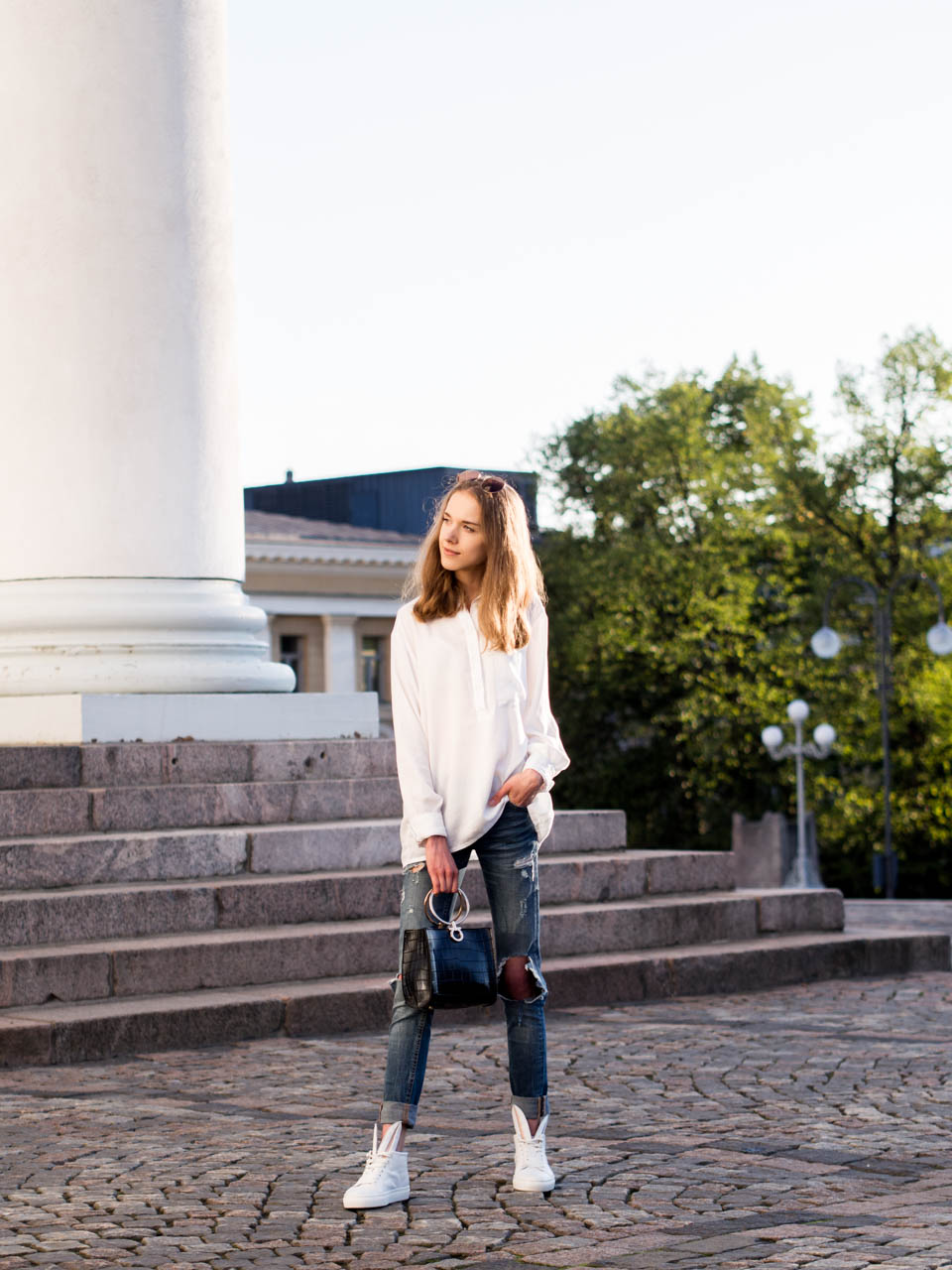 fashion-blogger-outfit-inspiration-classic-white-shirt-and-denim