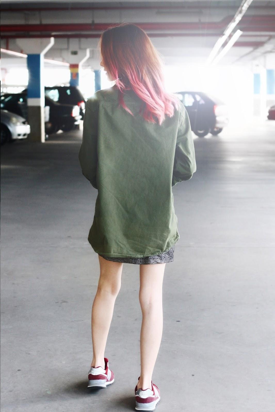 look-do-dia-vestido-prateado-jaqueta-militar-tenis-new-balance-lipstickandpolaroids