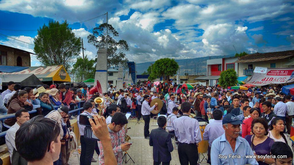 Iniciando el baile de fiesta en la plaza de armas de Cabracancha