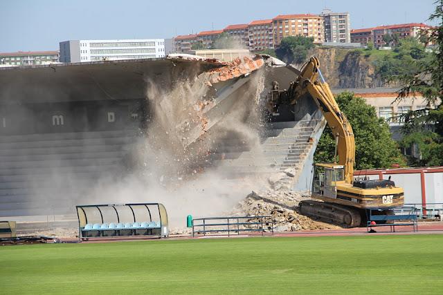 Derribo de la tribuna de la ciudad deportiva de San Vicente