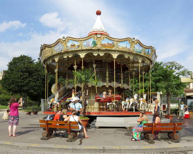 Le Carrousel de la Tour Eiffel, quai Branly, Paris