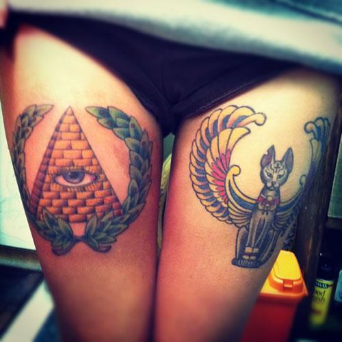 Tatuaje de Pirámide en el Muslo de Mujer