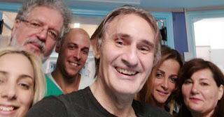 Ο Άκης Σακελλαρίου φωτογραφίζεται χαρούμενος και γεμάτος υγεία μετά την περιπέτεια του