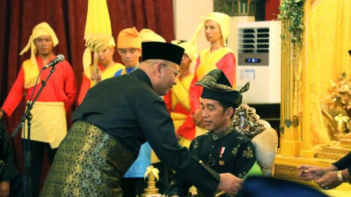 Jokowi Dapat Gelar Adat Datuk Karena Bebaskan Riau dari Asap