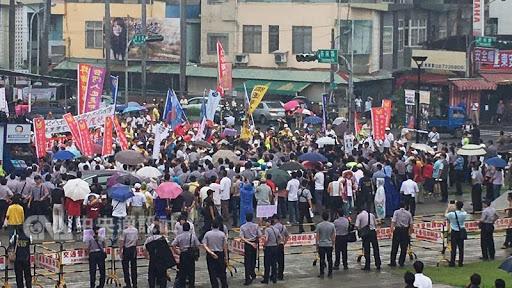 屏東總統府音樂會年改群眾抗議 縣議員遭攻擊 | 新頭殼 Newtalk