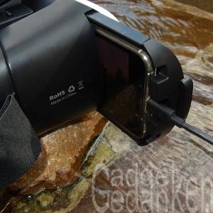 SimbR VR-Brille: Smartphone angesteckt und eingelegt