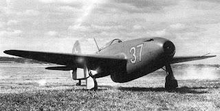 Uno Yak-15 Feather sulla pista. Identificativo 37.