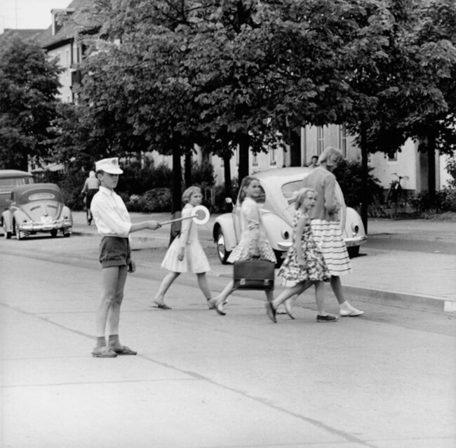 29 Pictures Of Children Of The Past Show The Differences Between Generations - A crossing guard, 1950