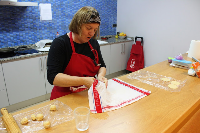 Elaboración de los tortinos para el hummus