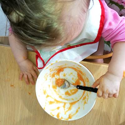 Saippuakuplia olohuoneessa- blogi. 8 kuukautta, lapsen kehitys, lapsi, ruokailu,