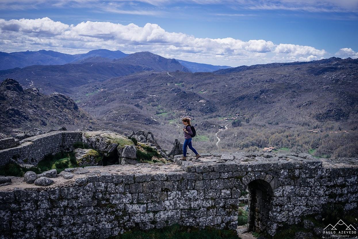 Caminhando sobre a muralha do castelo de Castro Laboreiro