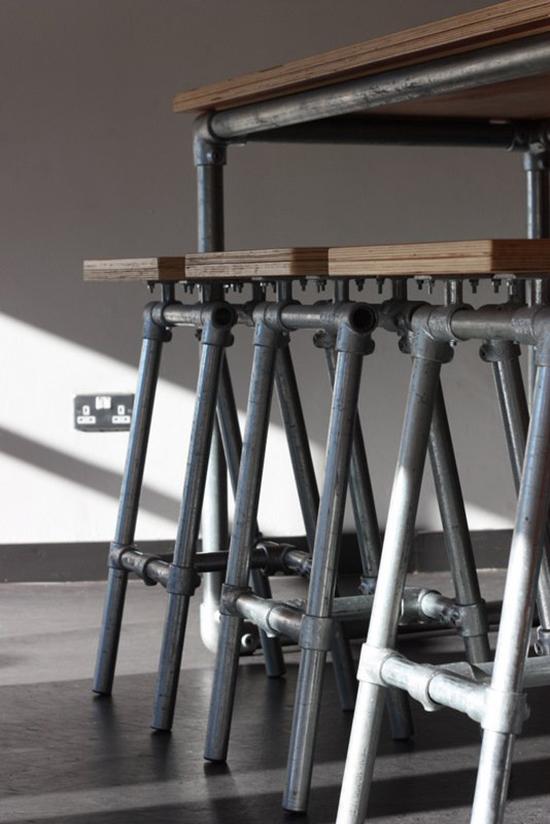 Desain set kursi dan meja unik dari pipa besi