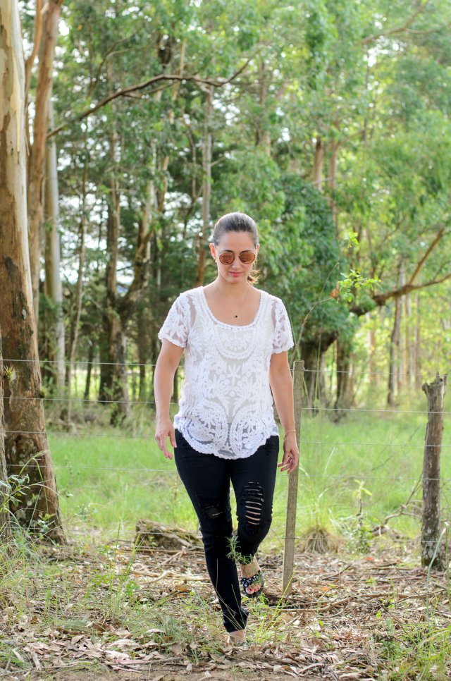 Blusa de renda e destroyed black skinny