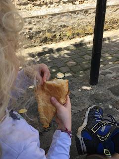 une petite fille partage un croissant avec son papa