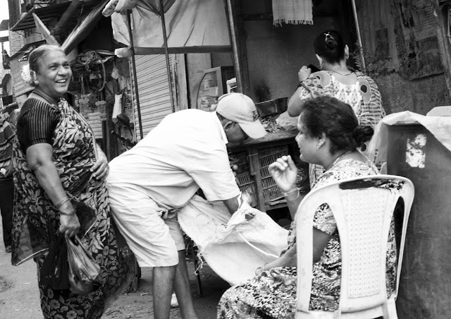 monochrome monday, black and white weekend, people, happy, kumbharwada, dharavi, mumbai, india, street photo,