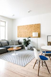salón con pared de corcho