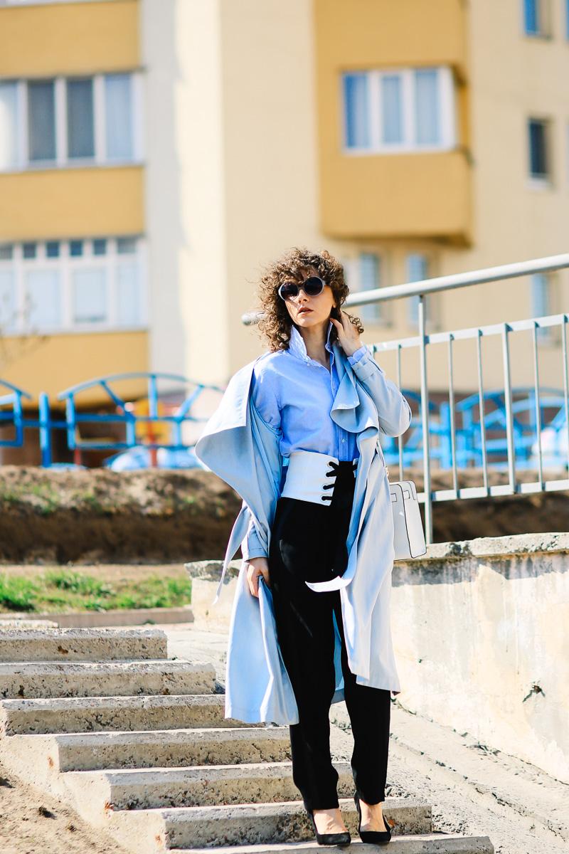стильное сочетание корсета и брюк с лампасами
