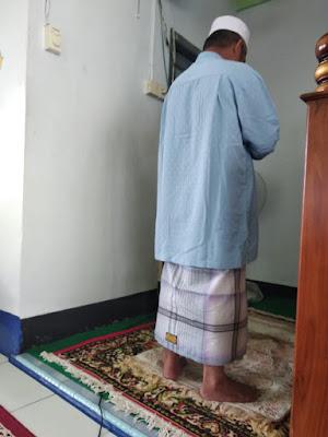 Muslim Harianjaya melakukan shalat taubat 2 rakaat