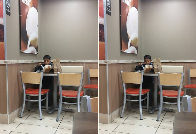 Bocah Ini Cuek Makan Sendirian di Restoran, Tak Disangka Alasannya Bikin Semua Orang Tua Meringis Sedih !!