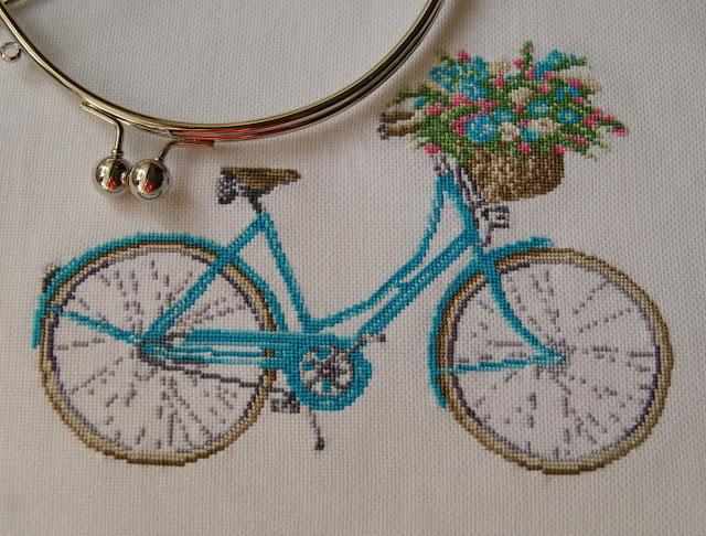 вышивка крестиком, вышитый велосипед, корзина с цветами, вышивка на сумочке, бирюзовая вышивка, вышивка цветы, сумки из ткани, прованский стиль, сумка ручной работы, женская мода, модные сумочки, французский стиль,сумочка, любимая сумка