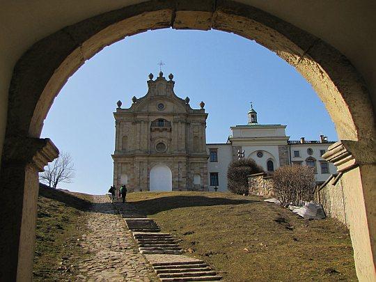 Na teren klasztorny wchodzimy przez ozdobną, późnobarokową bramę z XVII wieku