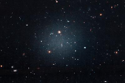Astrônomos encontram galáxia que está perdendo sua Matéria Escura