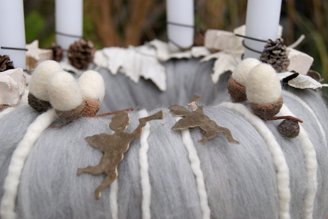 DIY Adventskranz aus Wolle dekoriert mit Filzeicheln und Engeln