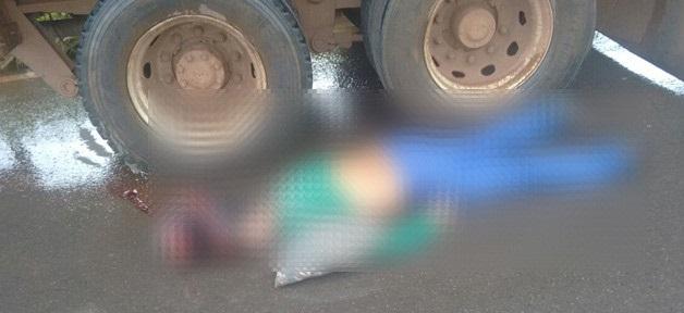 Motociclista morre ao colidir na traseira de caminhão na BR-364