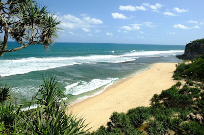 Pantai Sanglen masih sepi