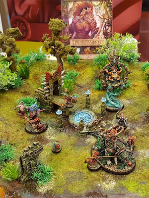 Display THE JUNGLE AWAKENING con césped de PABLO EL MARQUES