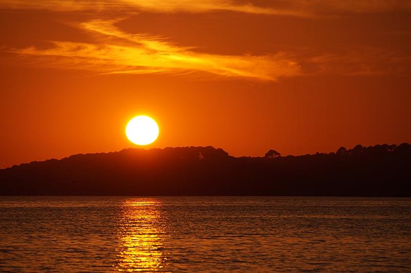 Surfer vor Sonnenuntergang in Kroatien am Meer | Sommer, Sonne, Urlaub | Tasteboykott