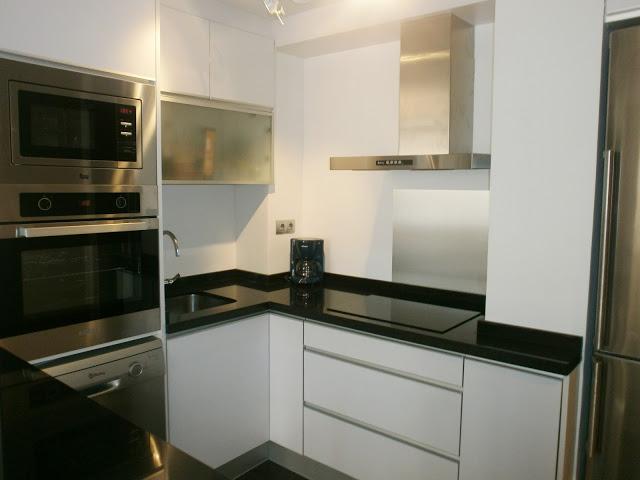 El montaje de la cocina el ltimo paso hacia el xito for Cocina blanca y negra