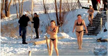 بالفيديو : بهذه الطريقة «الصادمة» يحتفل الروس بعيد الغطاس !