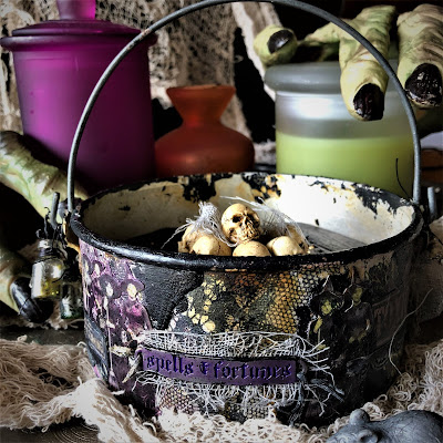 Sara Emily Barker sarascloset https://sarascloset1.blogspot.com/2018/10/a-tiny-witching-cauldron.html Altered Cauldron with Tim Holtz Sizzix Alterations, Distress and Ideaology 1