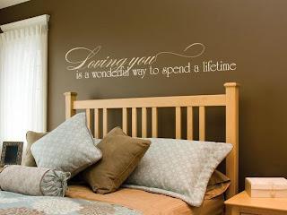 Dormitorio con paredes chocolate