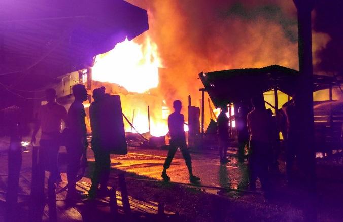 2 Buah Ruko Terbakar di Kapuas Hulu