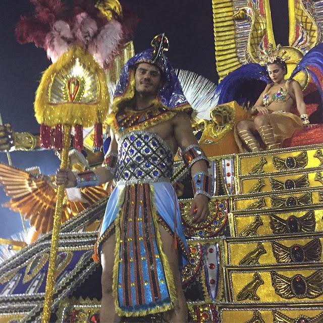 Mariano Jr., o Mister Brasil 2015, desfila em carro alegórico da Águia de Ouro. Foto: Arquivo pessoal