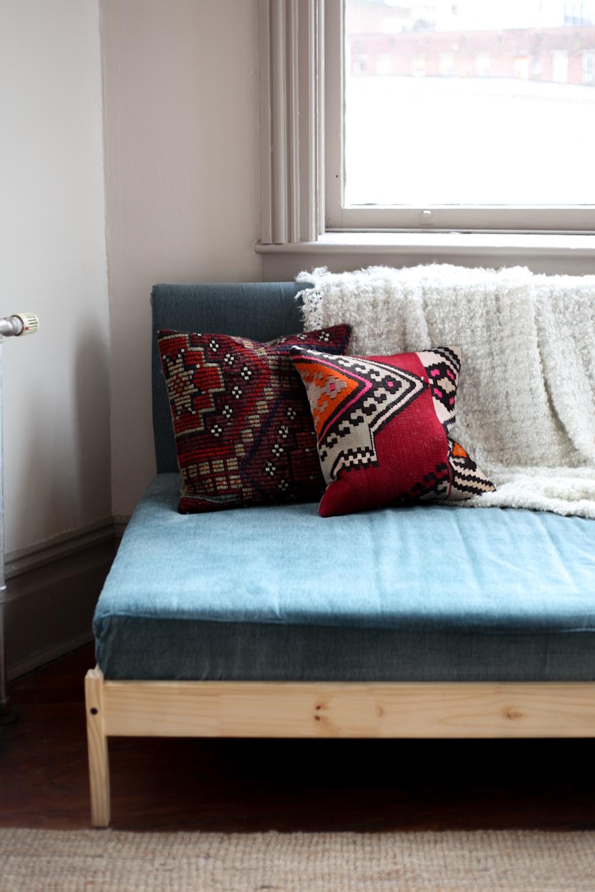die wohngalerie wie aus einem ikea bett leicht ein sofa wird. Black Bedroom Furniture Sets. Home Design Ideas