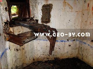 Внутри ДОТ-а №65б. Пулеметный станок Горносталева