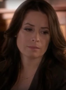 "PLL Ella/Aria's mom (Holly Marie Combs) wearing Dogeared Balance Tube Bar necklace in gold episode 6x08 ""FrAmed"""