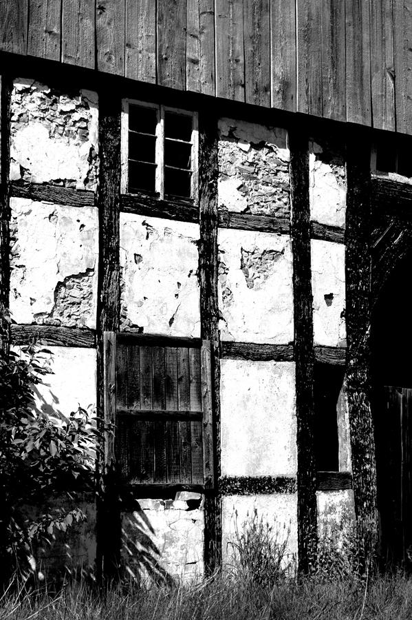 Blog + Fotografie by it's me! | fim.works | SchwarzWeissBlick No 16 | verlassenes Gehöft | Lost Place | kaputtes Fachwerk