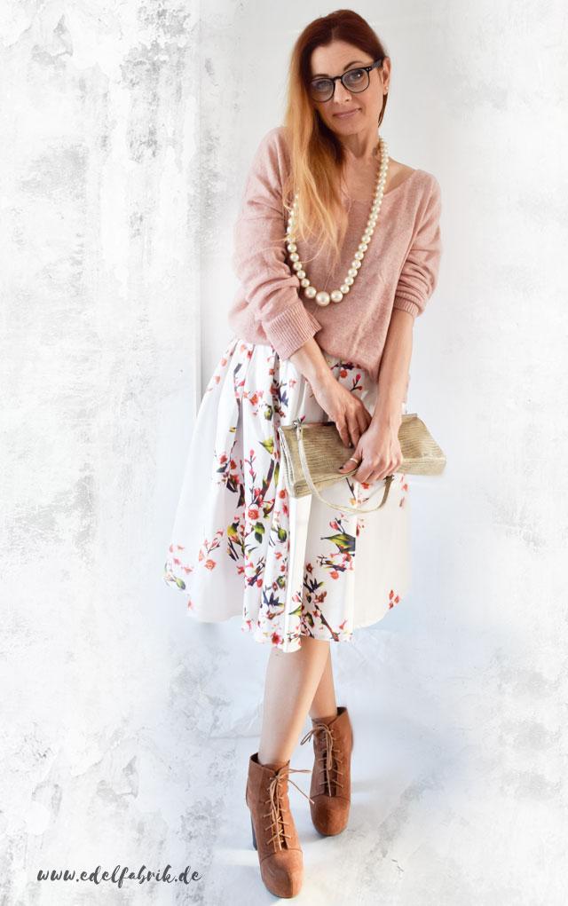 Weißer Rock mit Blumenprint zum Strickpullover in Rosa, die Edelfabrik, Outfit