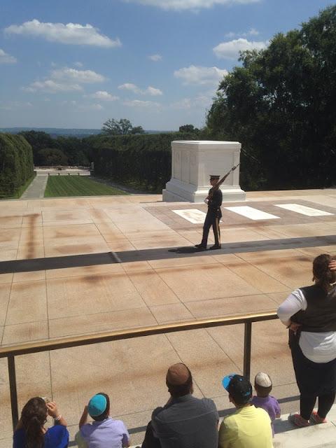 Wachwechsel am Grab des unbekannten Soldaten auf dem Friedhof in Arlington bei Washington DC
