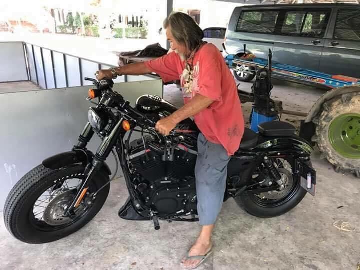 Dikira Gembel, Kakek yang Ingin Beli Motor Harley Dicuekin