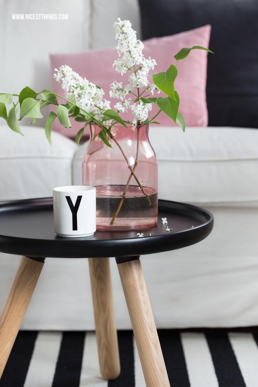 Frühlingsdeko Ideen Wohnzimmer Rosa Glasvase Tasse Becher von Design Letters Arne Jacobsen #frühlingsdeko #dekoideen #wohnzimmer #wohnzimmerdeko #frühling #rosa #tablo #beistelltisch #glasvase #flieder